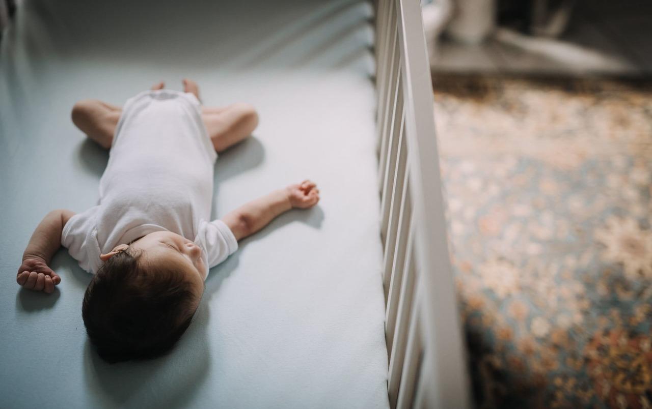 Photo-famille-naissance-bebe-nouveau-ne-enfant-grossesse-femme-enceinte-maman-papa-lifestyle-naturel-pose-photographe-montpellier-occitanie-aline-ruze