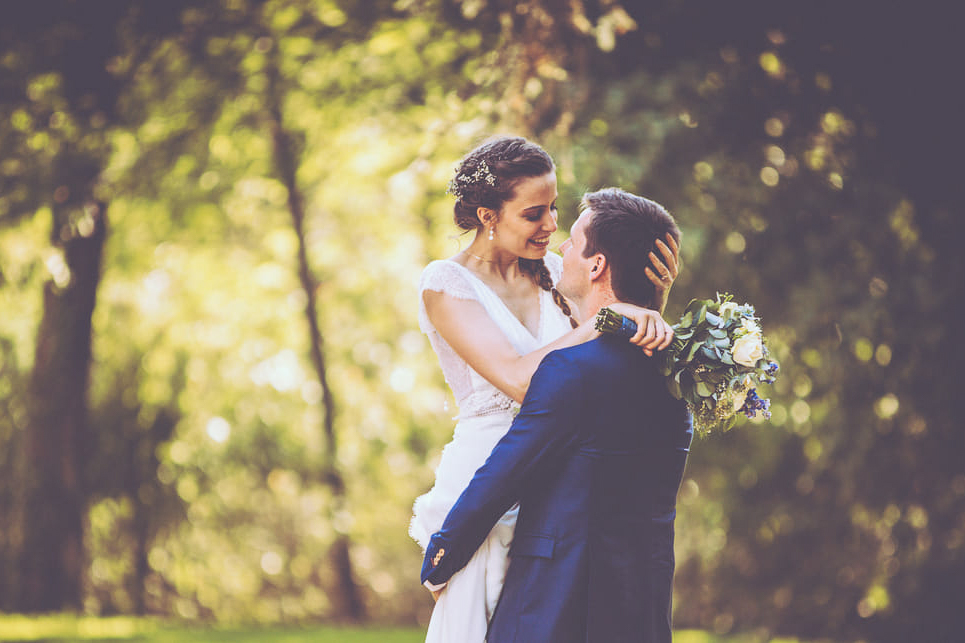 11-photo-couple-naturel-reportage-photo-mariage-haut-gamme-luxe-chic-boheme-champetre-minimaliste-photographe-aline-ruze-chateau-roquelune-montpellier